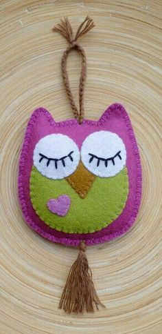 felt birds felt owl - hang on door handle - one side eyes open (come in) other side eyes closed (don't disturb) Felt Owls, Felt Birds, Fabric Crafts, Sewing Crafts, Sewing Projects, Owl Patterns, Embroidery Patterns, Diy Embroidery, Owl Crafts