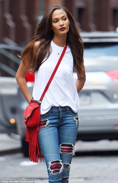 Victoria's Secret model Joan Smalls rocks ripped jeans and vampy lip Red Purse Outfit, Casual Chic, Casual Outfits, Fashion Outfits, Womens Fashion, Looks Style, My Style, Joan Smalls, Vogue