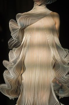 Iris Van Herpen at Couture Fall 2018 - Details Runway Photos ~ETS Space Fashion, Fashion Art, High Fashion, Fashion Show, Fashion Outfits, Womens Fashion, Fashion Design, Fashion Trends, Fall 2018 Fashion