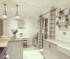 Over the years, many people have found a traditional country kitchen design is just what they desire so they feel more at home in their kitchen. Style At Home, Diner Decor, Country Kitchen Designs, New Kitchen Cabinets, Kitchen Paint, Minimalist Kitchen, Kitchen Curtains, Home Kitchens, Decoration