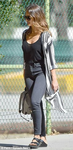 Jessica Alba takes daughter Honor to park in Venice Beach Jessica Alba Beach, Jessica Alba Outfit, Jessica Alba Casual, Jessica Alba Style, Jessica Alba Fashion, Zendaya Street Style, Casual Outfits, Fashion Outfits, Travel Outfits