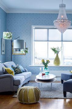 Trellis mønstret tapeten Delfts Rabeshi fra Designers Guild. Vi ønsker å vise deg hvordan du kan skape en behagelig og lekker stue med tapet#Puff#PolytuftShade#vaser#lampeskjermer#Light&Living#Trellis#mønstret#tapet#DelftsRabeshi#DesignersGuild1027#puter#DesignersGuild#Tregulv#blå#stue#prismekrone#klassisk#inspirasjon#livingroom#inspiration#blue#wallpaper#lamps#pillows#Fargerike Delft, Ottoman, Ikea, Lights, Chair, Furniture, Design, Home Decor, Decoration Home