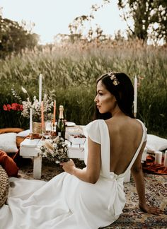 Model: @mjimenaoso Picnic setup and styling: @tais.garden.parties Dress: @robeliemtl Dessert boxes: @mtlavecamour Photo: @corianephotography Bride bouquet and flowers: @atelier_vegetal_ Headpiece: @alessandria.headpieces Lingerie: @maisonjeanneyoung Cake: @louna.desserts.gourmands Dessert Boxes, Garden Parties, Bride Bouquets, Headpieces, Picnic, White Dress, Lingerie, Cake, Flowers