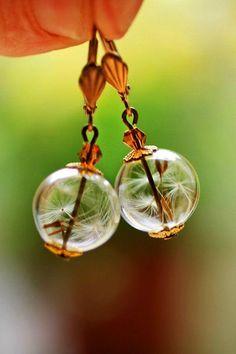 『ガラスドームピアス』を知っていますか?ドーム型の透明なボールの中に、色々なモチーフが詰め込まれているピアスです。好きな花のドライフラワーやキラキラ光るビーズ、ラッキーカラーや誕生石のジュエリーなど、自分にとって特別であったり大好きなものだけを閉じ込めるアクセサリーを手作りするのが今大人気なんです♪パーツに詰め込むだけなのでハンドメイド初心者さんにもおすすめ!オリジナルアクセをDIYしましょ♡ | ページ1