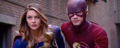 Las nuevas imágenes del rodaje del crossover musical entre 'The Flash' y 'Supergirl' señalan que estará ambientado en los años 40  Noticias de interés sobre cine y series. Estrenos trailers curiosidades adelantos Toda la información en la página web.