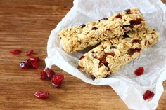 Home Made Protein and Carbohydrate Bar. Learn how to make your own high protein bars at home Healthy Protein Bars, High Protein Bars, Milk Protein, Oat Cereal, Cereal Bars, Bar Mix, Cooking Recipes, Healthy Recipes, Snack