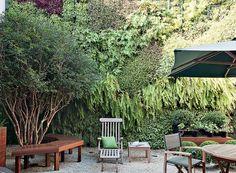 Um jardim completo com jabuticabeira e horta era o sonhos dos moradores. O desafio: arranjar espaço para tudo em 40 m². O paisagista Gilberto Elkis conseguiu criar um verdadeiro paraíso verde, em que um painel tropical dá profundidade ao espaço.