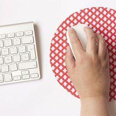 #DIY para el blog de @fundasbcn : alfombrilla para el ratón de goma eva y tela. Fácil y práctico :) Podéis encontrar el tutorial completo en www.fundasbcn.com/blog 👈 #fundasbcn #crafts #gomaeva