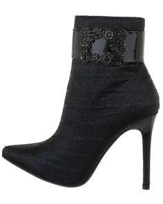 Trendy čierne špicaté čížmy na vysokom tenkom opätku. Cez členok sú zdobené lakovaným pásikom s brošňou s čiernymi kamienkami. Trendy, Booty, Ankle, Heels, Fashion, Moda, Swag, Wall Plug, Shoes Heels