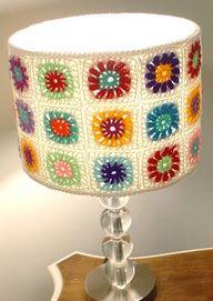 Inspiration for crochet granny square lampshade Crochet Diy, Lampe Crochet, Crochet Lampshade, Crochet Home Decor, Crochet Granny, Crochet Crafts, Crochet Projects, Crochet Ideas, Genius Ideas