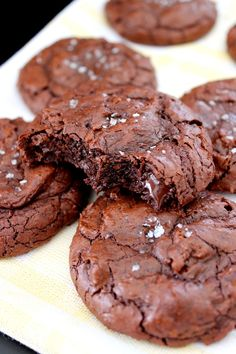 Wicked sweet kitchen: Brownie cookies with sea salt Brownie Cookies, No Bake Cookies, Baking Cookies, Baking Recipes, Cookie Recipes, Dessert Recipes, Delicious Desserts, Yummy Food, Sweet Bakery