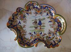 Plat décor vieux rouen avec deux personnages. Faiencerie geo martel desvres Année 1900 fait main et signé:: FF1286 Dimensions: 23X29cm
