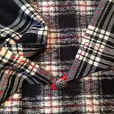 "#Foulard triangle en #tartan et #tweed noir / blanc broderie ""ligne rouge"""