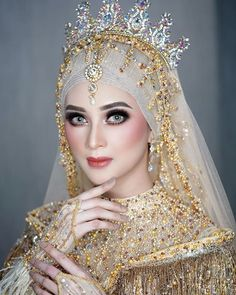 PENGANTIN MUSLIMAH... PERPADUAN STRONG BOLD LOOK MAKE UP & HIJAB TURBAN TURKEY STYLE.... MENAMBAH KEANGGUNAN SANG PENGANTIN... SUKA… Wedding Hijab Styles, Hijab Wedding Dresses, Wedding Gowns With Sleeves, Hijab Bride, Bridal Dresses, Beautiful Hijab, Beautiful Asian Girls, Beautiful Bride, Kebaya Wedding