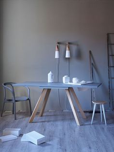 'Ettore' Extendable dining table in wood, characterized by the particular inclination of the legs. The variety of the finishes give you the chance to match it to a wide range of housing solutions.