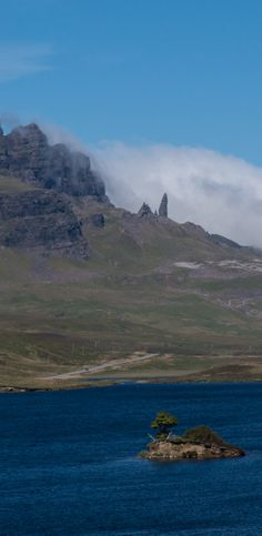 Best places to visit in Scotland : If you are planning a trip to the Scottish Highlands definitely make time to drive or hike to Old Man of Storr, an amazing rock formation near the ocean on the Isle of Skye. Click through to see what famous movies were filmed here!