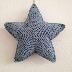 De feestdagen staan weer voor de deur, de tijd van lichtjes, sterren en hertjes in huis! Heerlijk! Dit haakpatroon maakte ik vorig jaar. Nu haakte ik de sterren met een haaknaald 2,5 mm en DMC Nature, waardoor ze een andere look krijgen en oooo zo leuk zijn voor aan de muur...