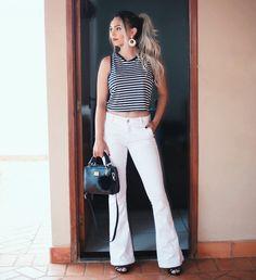 Calça jeans flare branca, top Cropped listrado, salto alto e bolsa com pompom é o outfit escolhido do dia!   http://velhadevinte.com.br/2017/01/ootd-calca-flare-branca-cropped-listrado-hering-store/