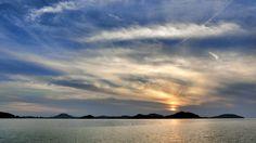 04 June 19:04 博多湾対岸の糸島半島 ( Itoshima Peninsula )稜線上の雲を降りていく夕陽です。 Evening  at  Hakata bay in Japan