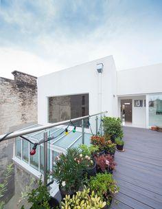 La terrasse au dernier étage de cette maison au design contemporain