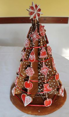 Gingerbread tree Fruit Christmas Tree, Cute Christmas Cookies, Mary Christmas, Xmas Cookies, Christmas Candy, Gingerbread Village, Christmas Gingerbread, Gingerbread Cookies, Chocolate Tree