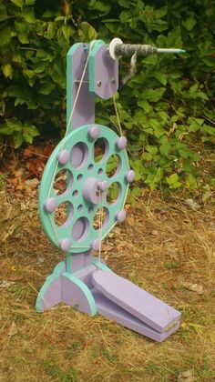 DODEC wheel variant with a spindle --- could be modified for period long-draw spinning. Diy Spinning Wheel, Spinning Wool, Hand Spinning, Spinning Wheels, Yarn Crafts, Diy Crafts, Art Du Fil, Drop Spindle, Loom Weaving