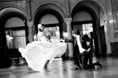 Prachtige openingsdans! Foto van Rijst en Rozen Fotografie First Dance Inspiration, Wedding Inspiration, Wedding First Dance, Entertaining, Pictures, Board, Photos, Photo Illustration, Sign
