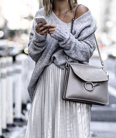Pull gris col V + jupe midi métallisée plissée + sac Chloé Faye : http://www.taaora.fr/blog/post/idee-tenue-automne-hiver-2016-2017-jupe-midi-argentee-tendance-pull-decollete-v-sac-chloe-faye #outfit #ootd #streetstyle