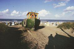 DDR. Ahlbeck. Schifferboot am Strand zwischen Strandkörben, 1986 | Foto: Gerd Danigel