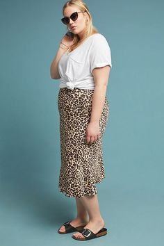 Amazing Awesome Midi Skirt Design Ideas That You Can Copy Right Now Leopard Skirt Outfit, Midi Skirt Outfit, Skirt Outfits, Satin Midi Skirt, Silk Skirt, Midi Skirts, Crop Top And Shorts, Over 50 Womens Fashion, Knit Skirt