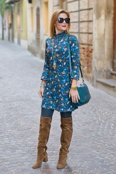 Hippie chic style: floral mini dress and suede cuissardes Hippie Chic Outfits, Hippie Chic Fashion, Hippy Chic, New Outfits, Fall Outfits, Cute Outfits, Botas Outfit, Casual Chic, Creative Work Outfit