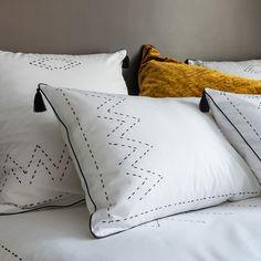 Taie d'oreiller carré percale de coton éthnique SISTERS #décoration #lingedemaison #lingedelit #bedroom #bedroomdesign #bedroomdecor #ethnic #boho #bohemian Contemporary Cushions, Percale De Coton, Home And Living, Linens, Bed Pillows, Pillow Cases, Design Inspiration, Textiles, Bedding