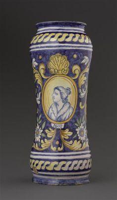 Musée d'Ecouen.  Albarello à fond bleu: buste de femme dans un médaillon. ECL18362a. Face à décor de buste de femme. Italie (origine) Faïence. Ht: 0.365.