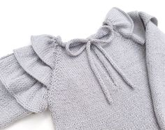 Knitted Sweater with Ruffles for baby - Tutorial and Pattern - Baby Sweater Knitting Pattern, Baby Knitting Patterns, Clothing Patterns, Dress Patterns, Pull Bebe, Diy Kleidung, Baby Pullover, Baby Cardigan, Knitting For Kids