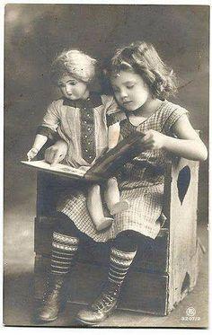 Girl reading book with doll - Hanni Reinwald - Vintage Children Photos, Vintage Girls, Vintage Pictures, Vintage Images, Vintage Toys, People Reading, Girl Reading Book, Kids Reading, Antique Photos