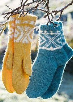 Gratis strikkeoppskrifter - Last ned strikkemønster på våre nye sider Mitten Gloves, Leg Warmers, Christmas Stockings, Legs, Knitting, Holiday Decor, Felting, Fashion, Threading
