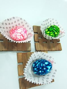 How to make surprise marbled Easter eggs.