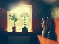 william morris, träpanel William Morris, Oversized Mirror, Curtains, Furniture, Home Decor, Photo Illustration, Blinds, Decoration Home, Room Decor