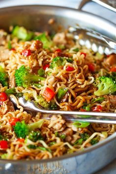 ramen noodle recipes Quick Chicken Ramen Noodle Stir Fry - Noodles, tender chicken, broccoli, bell pepper and mushrooms with the best and easiest stir fry sauce ever. Start to finish. Diner Recipes, Ramen Recipes, Healthy Chicken Recipes, Asian Recipes, Cooking Recipes, Ramen Noodle Recipes Chicken, Chicken Broccoli Stir Fry, Cooking Food, Healthy Food