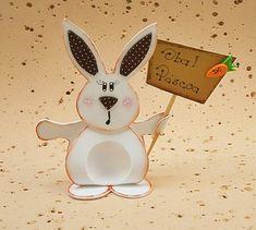 Pequeninas delícias!!!    Essa turma de coelhos vem para mostrar que até com um bombonzinho a Páscoa fica feliz e charmosa.    Os coelhinhos são pintados a mão em estilo country, as orelhinhas são decoradas com EVA estampado e ainda é possível personalizar as plaquinhas com seu nome, nome da sua ...