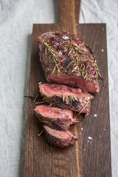 Luxurious winter barbecue - beef fillet with potato and porcini mushrooms .- Luxurious winter barbecues – beef fillet with potato and boletus gratin – dinner at eight Beef Tenderloin Recipes, Beef Tenderloin Roast, Beef Fillet, Steak Recipes, Ground Beef Recipes, Barbacoa, Rinder Steak, Stuffed Mushrooms, Stuffed Peppers