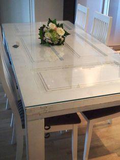 Vanhasta ovesta tehty pöytä