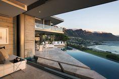 O projeto dessa casa, na Cidade do Cabo, África do Sul, não poderia jamais esconder de seus moradores o cenário estonteante ao redor. Por isso, o desenho elaborado pelo escritório Saota exibe grandes vãos e aberturas, que permitem que a natureza seja contemplada de todos os espaços.