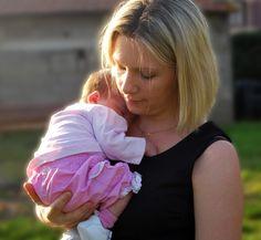 Si le mot nouveau-né, dans la terminologie purement médicale, désigne le bébé entre son 1er et son 28ème jour de vie, en terme de portage, on pourrait l'utiliser pour désigner le bébé jusqu'à environ 4 mois, âge auquel son bassin commence à s'ouvrir naturellement. Les signes ? Il se tourne franchement sur le côté, prend de l'élan en soulevant ses jambes avant de les ramener brutalement vers le sol et surtout attrape ses pieds.    Jusqu'à ce stade, il est primordial d'aider le nouveau-né à…