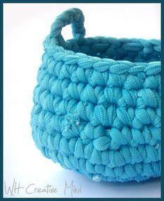 Crocheted T-shirt yarn basket: fettuccia lavorata all'uncinetto
