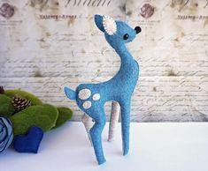 Cervatillo Azul, Bambi, Ciervo Muñeco, Escultura Blanda, Ciervo Figura, Art Doll, Regalo Único, Dadanoias, Muñeco Fieltro de Lana, Handmade