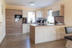 Die maßangefertigte Küche stammt aus der Hartl Tischlerei Home Projects, Sweet Home, Kitchen Cabinets, New Homes, House, Home Decor, Mother In Law, Decorating Kitchen, Building Ideas