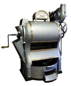 """Sammlungsstück: Ladenröster - Eisen, Blech, Metall, 110 x 116 x 68 cm, um 1920. Eisen, Blech, Metall, 110 x 116 x 68 cm, um 1920. Ende 1906 eröffnete im Erdgeschoss des Kaufmannshauses """"Ad. Bauer's Wwe."""" die """"Erste Finsterwalder Dampf-Kaffeerösterei mit Motorbetrieb"""". Das bereits reichhaltige Warensortiment wurde dadurch noch zusätzlich erweitert. In einem Seitenflügel wurde zu diesem Zweck ein sog. Ladenröster betrieben. Die rohen Kaffeebohnen wurden aus dem Warenspeicher im hinteren Teil…"""