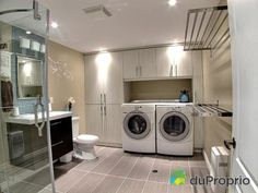Salle de lavage Laundry Bathroom Combo, Laundry Cupboard, Laundry Room Storage, Downstairs Bathroom, Small Bathroom, Laundry Rooms, Utility Room Designs, Laundry Room Inspiration, Laundry Room Remodel