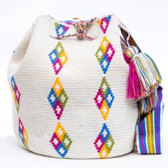 Cabo Wayuu Mochila bags are intricate in their designs, can take approximately 18 days to weave. Hand Woven Strap using woven one thread. Handmade in South America by the indigenous Wayuu people. Crochet Handbags, Crochet Purses, Crochet Baby, Knit Crochet, Mochila Crochet, Tapestry Crochet Patterns, Tapestry Bag, Boho Bags, Knitted Bags